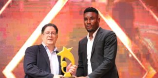 Marc Vizy (G) recevant un trophée des mains d'Agassa Kossi ( D) lors de la Nuit des mercis